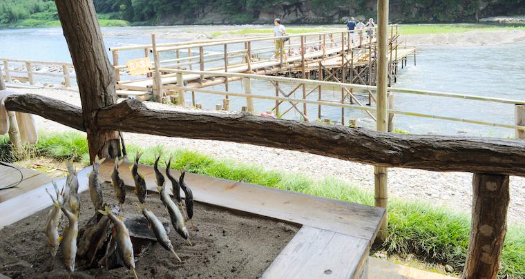 やなで鮎の炉端焼き&川遊び! 近場でまだまだ夏のお出かけ気分を味わえる!