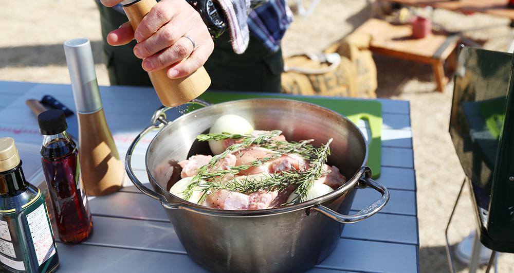 男の大胆なダッチオーブン&スキレット料理